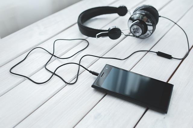 chytrý telefon a sluchátka