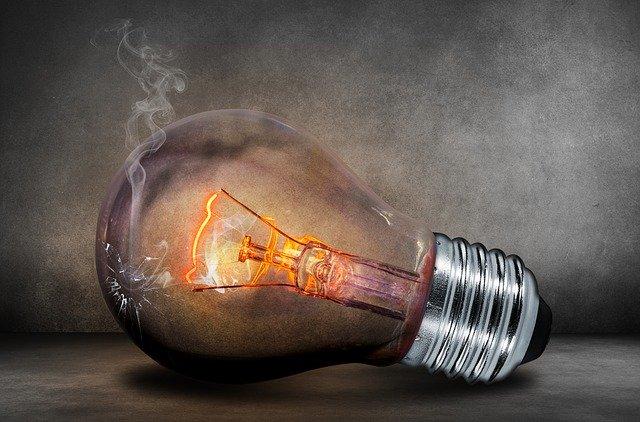 Sklenená žiarovka s puknutým sklom, z ktorej sa dymí.jpg