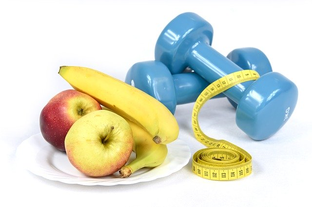 Modré činky, žltý centimeter a banány na tanieri.jpg