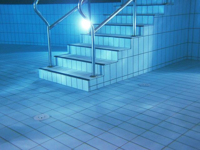 Schody a zábradlie, bazén.jpg