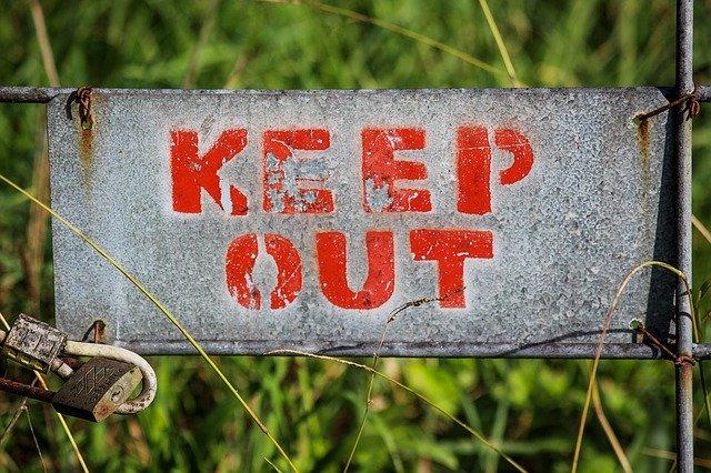 Sivá ceduľka s nápisom keep out.jpg