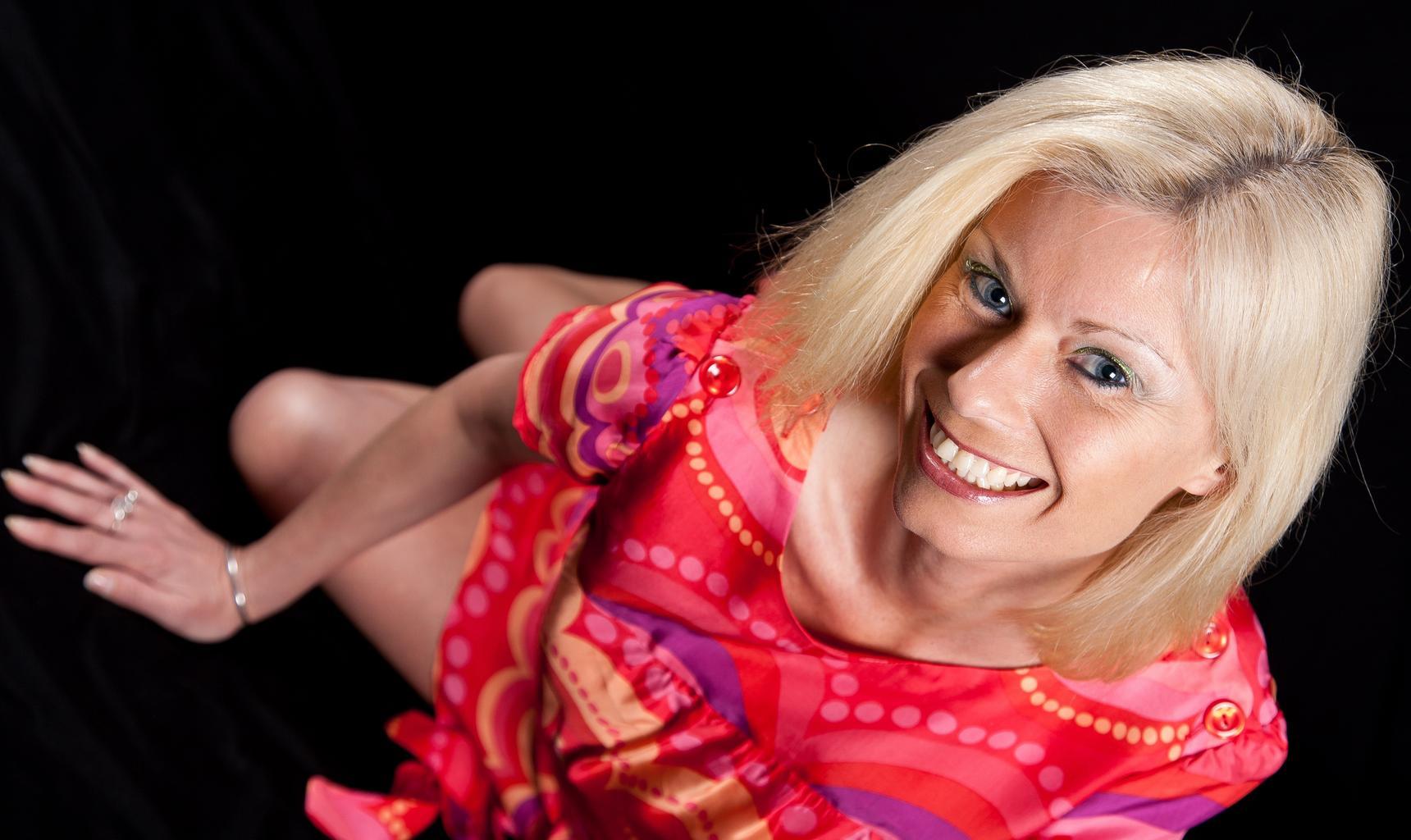 usmiata blondýna